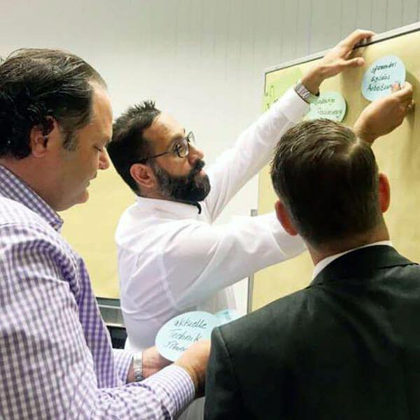 Teilnehmer arbeiten beim Workshop von Tanja Herzig