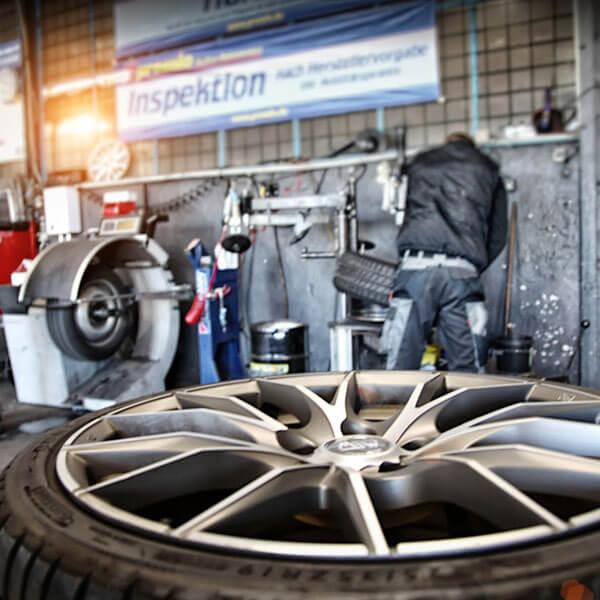 Reifen mit Felge in Werkstatt