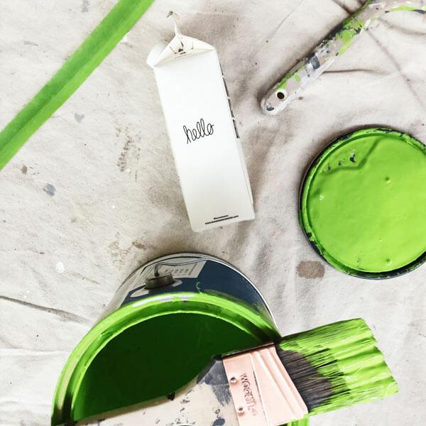 grüne Farbe, Farbdose, Pinsel, Michkarton, hello