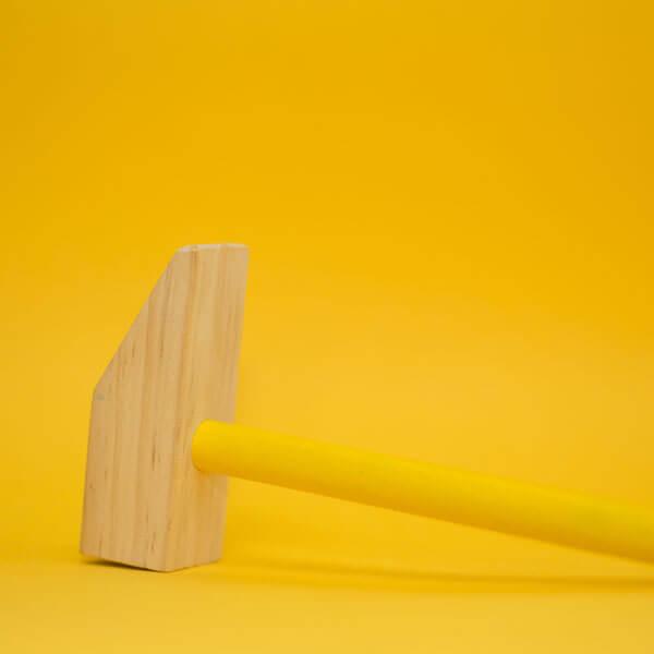 gelber Hintergrund, Hammer mit gelbem Griff