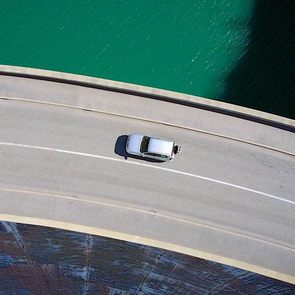 Auto auf Damm, Auto auf Überholspur, Wasser