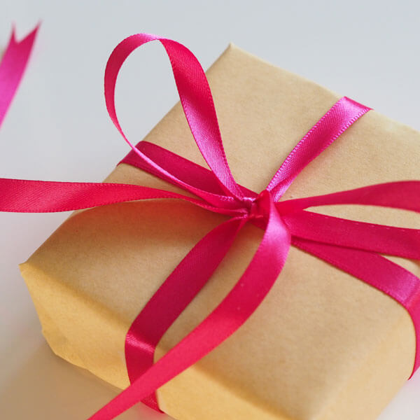 Paket mit pinker Schleife, Überraschung, Geschenk
