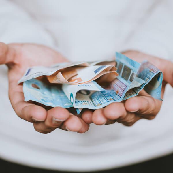Euros, beide Hände halten Euroscheine