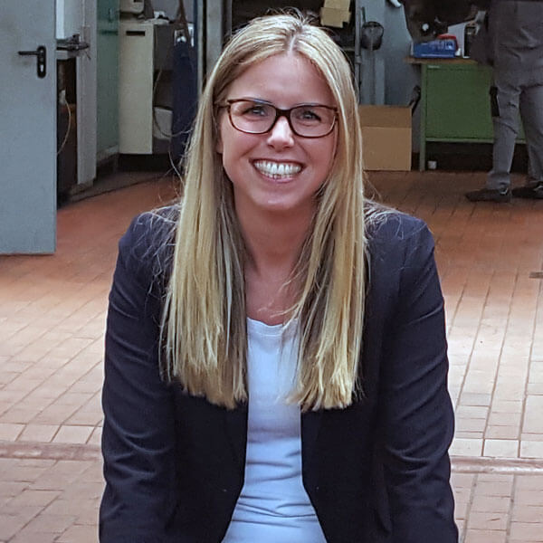 Tanja Herzig in Werkstatt beim Dreh für AUTOHAUS next