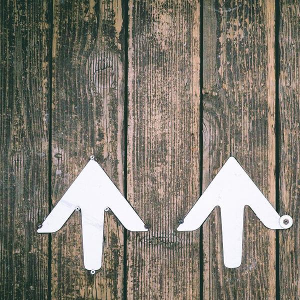 Holzplanken, Holzbretter, weiße Pfeile nach oben