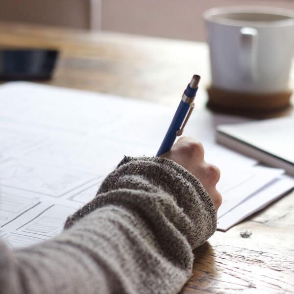 Ausfüllen, Formulare, Hand mit Stift beim Schreiben